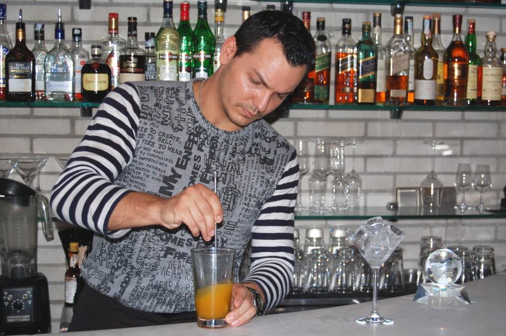 Daniel preparando su coctel ganador en la WorldClass Competition