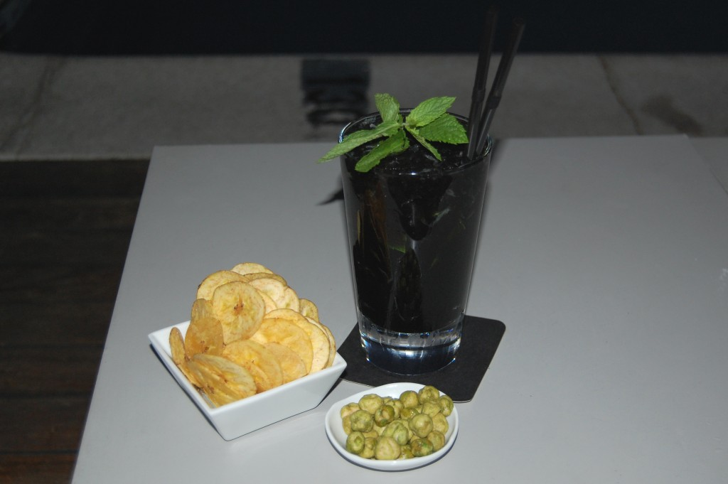 Mojito de vodka negro y frutos del bosque