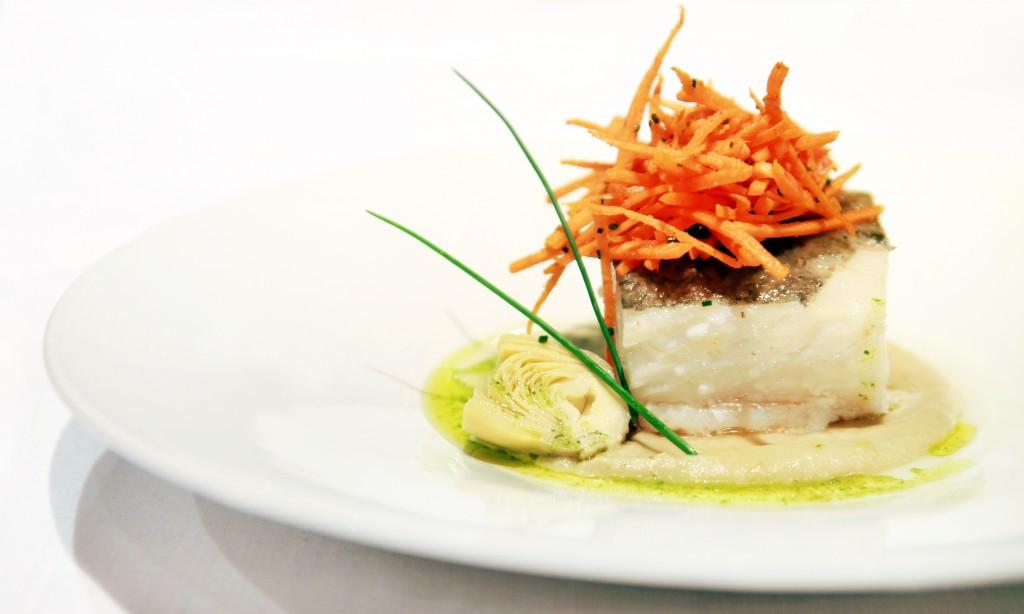 Lomo de bacalao confitado con cremoso de alcachofas y tallarines crujientes de zanahoria
