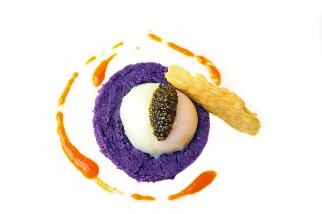 Huevo poche con patata violada y caviar