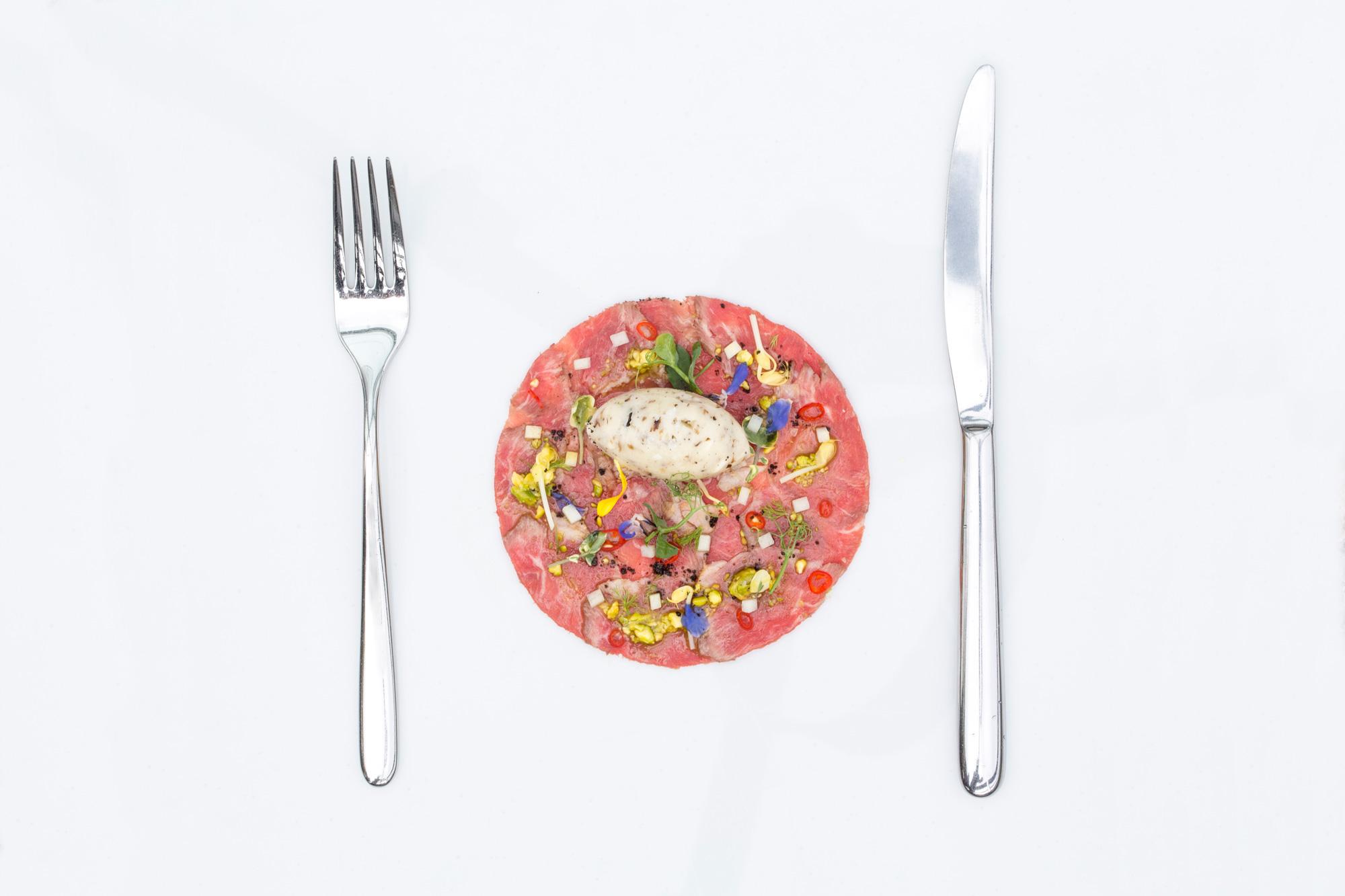 Carpaccio de presa ibérica vinagreta de pistacho y guindilla helado de espárrago blanco y trufa
