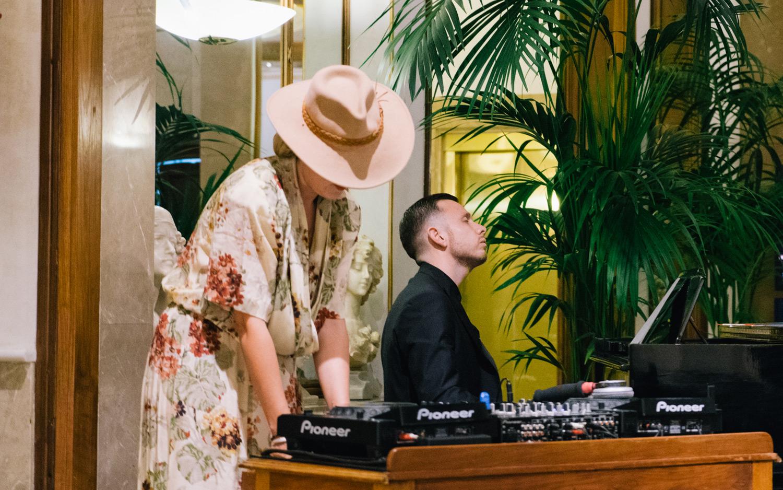 DJ Simone Siel y pianista del evento