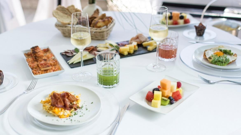 Mesa con platos variados y cava del Desayuno Vip