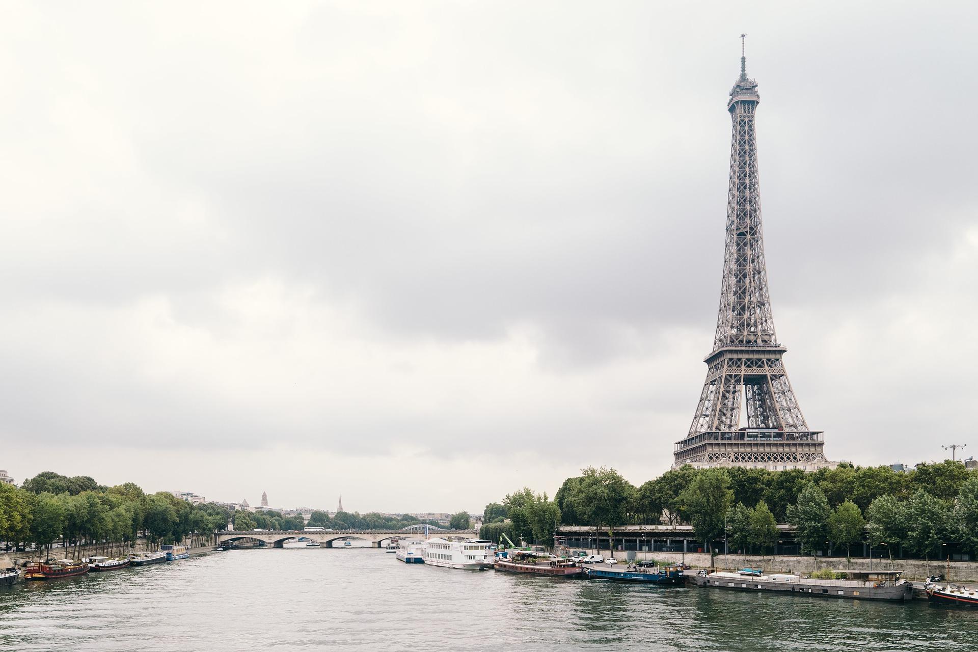Vista a la torre Eiffel y al Sena en Paris