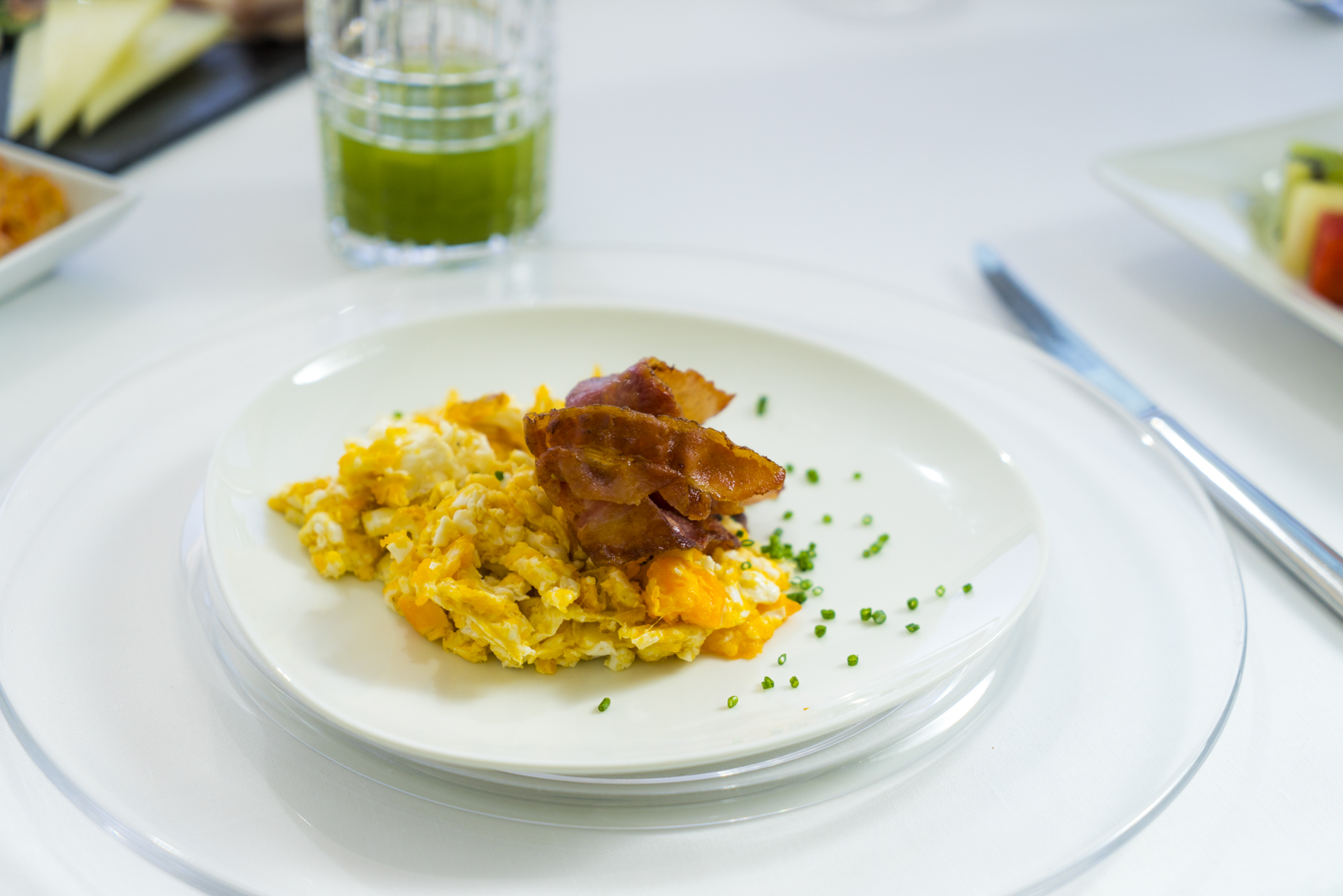 Scrambled egg with bacon and cheddar