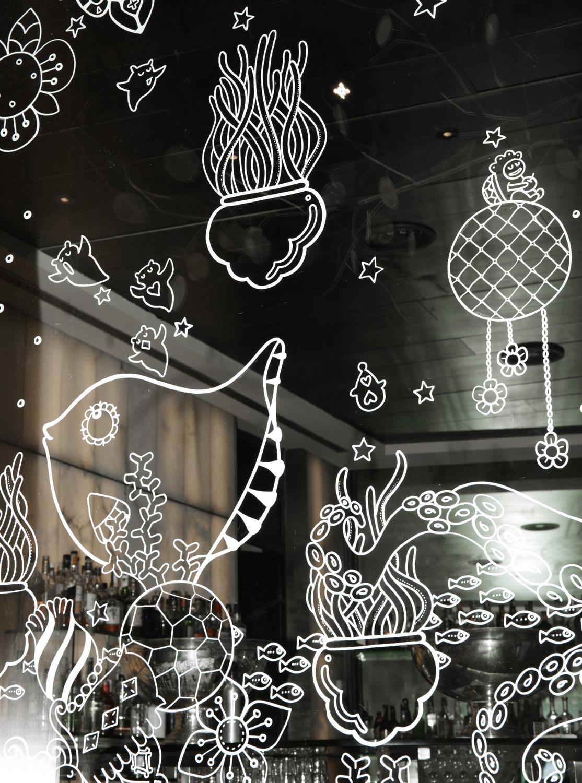 Dibujo de Yoshi Sislay en la cristalera