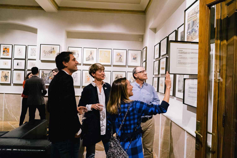 Invitados observando exposición arte costumbrista